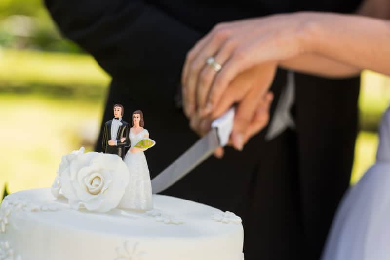 How-to-Cut-Your-Wedding-Cake